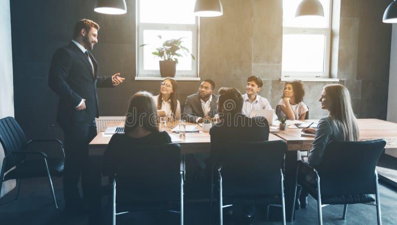 Bedrijfscollega's die projectplannen in bureau bespreken royalty-vrije stock afbeelding