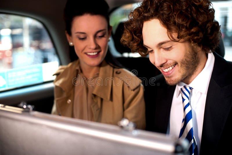 Bedrijfscollega's die samen in taxicabine reizen royalty-vrije stock afbeelding