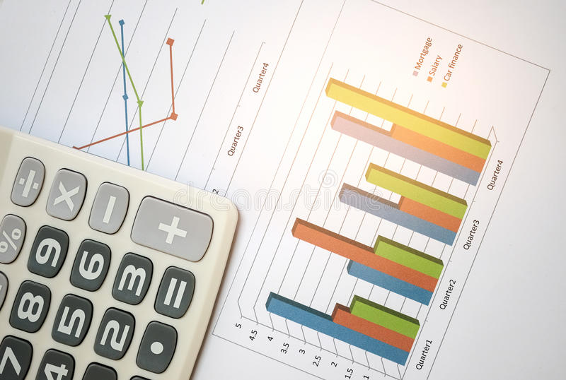 Bedrijfsconcept, Calculator op grafiekdocument stock foto's