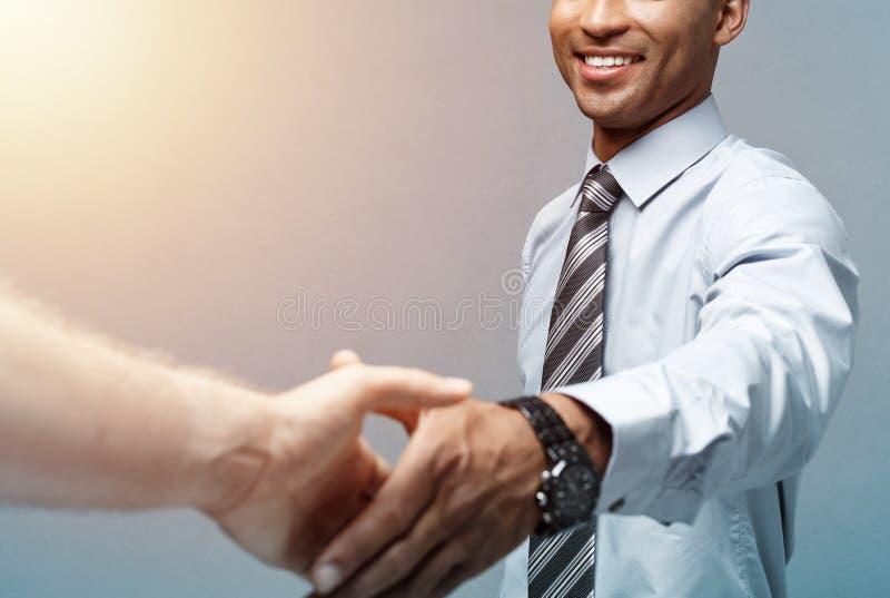 Bedrijfsconcept - Close-up van twee zekere bedrijfsmensen die handen schudden tijdens een vergadering stock afbeeldingen