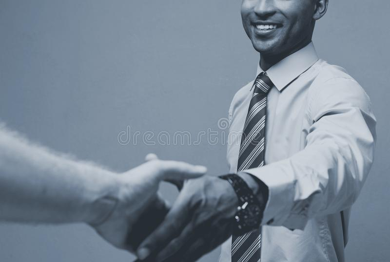 Bedrijfsconcept - Close-up van twee zekere bedrijfsmensen die handen schudden tijdens een vergadering stock afbeelding