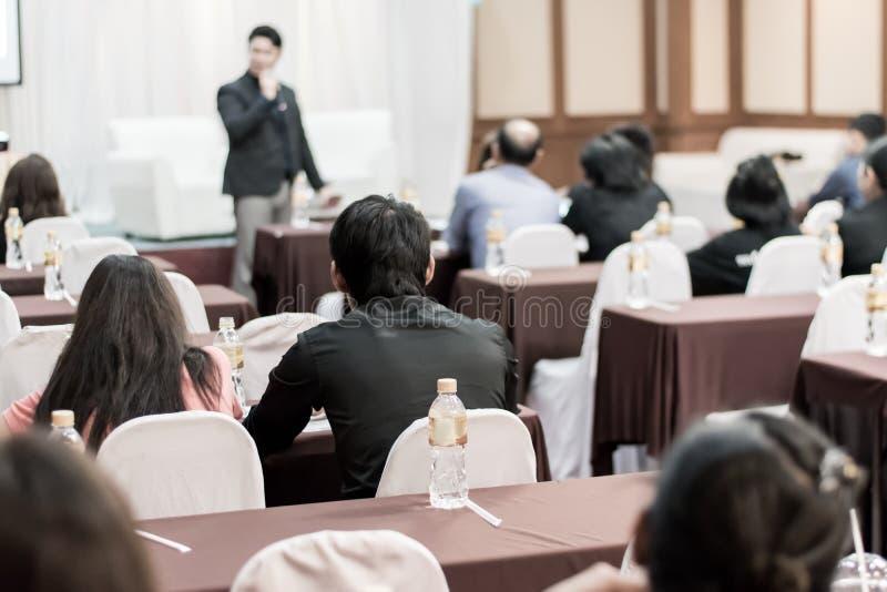 Bedrijfsconcept: de mensen van Azië luisteren in bedrijfsseminarie presen royalty-vrije stock afbeeldingen