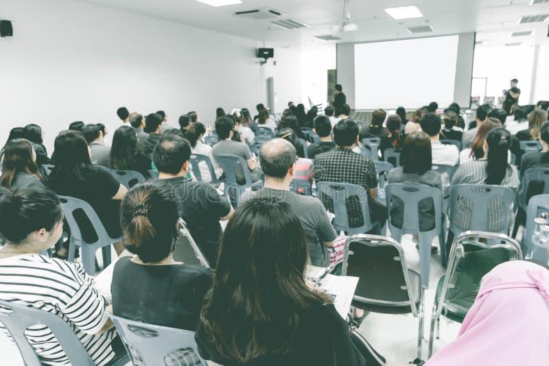 Bedrijfsconcept: de mensen van Azië luisteren in bedrijfsseminarie presen royalty-vrije stock fotografie