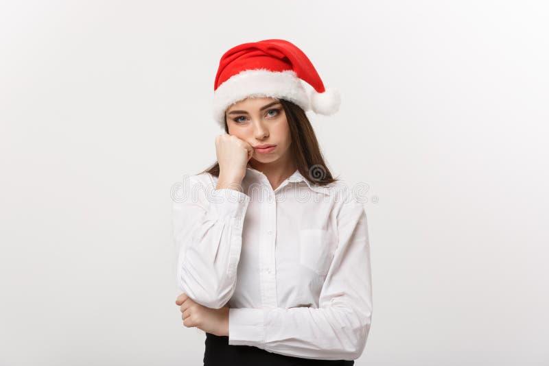Bedrijfsconcept - de Moderne Kaukasische bedrijfsvrouw in Kerstmisthema met ernstige nadenkend stelt stock afbeeldingen