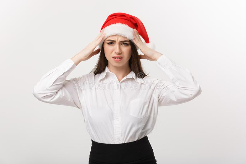Bedrijfsconcept - de Moderne Kaukasische bedrijfsvrouw in Kerstmisthema met ernstige nadenkend stelt stock foto