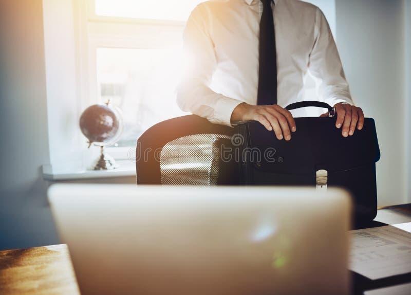 Bedrijfsconcept, mens die zich bij bureau met aktentas bevinden royalty-vrije stock foto