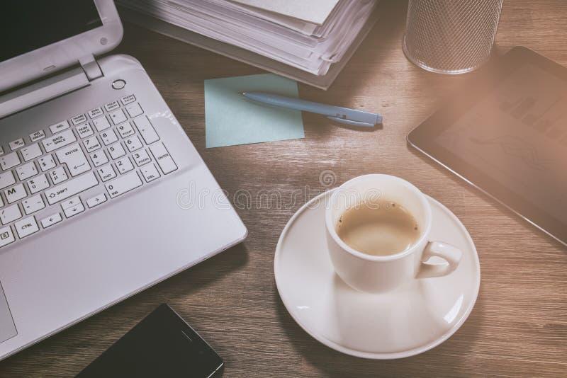 Bedrijfsconcept met bureaudesktop Online zaken, bankwezen, stock foto