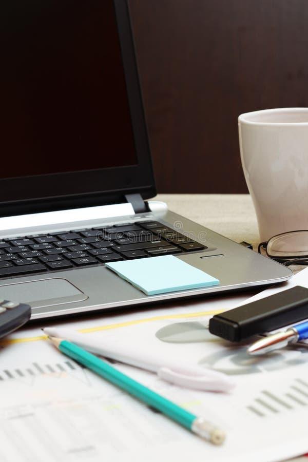 Bedrijfsconcept met een rapport, geld en een calculator