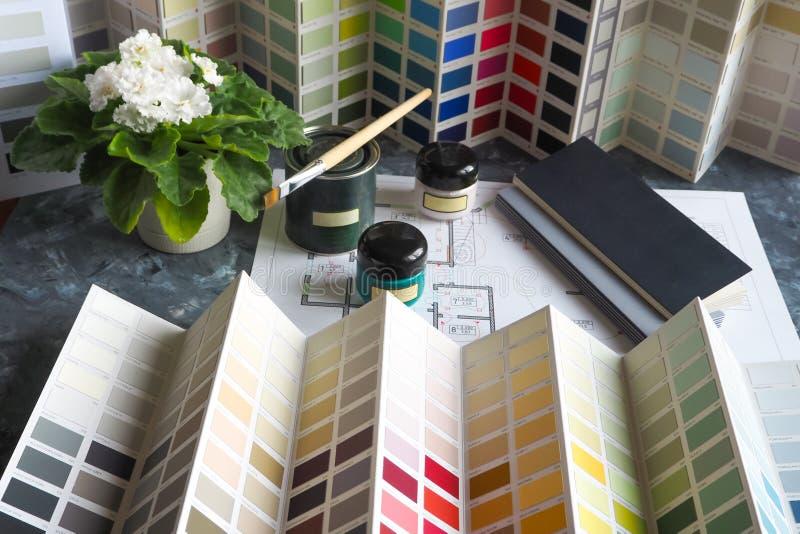 Bedrijfsconcept met verven en palet voor architecturaal project stock afbeelding