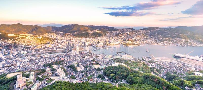 Bedrijfsconcept, moderne cityscape van de schemer van Nagasaki van onderstelinasa, nieuwe hoogste 3 nightview van de wereld, sate stock fotografie