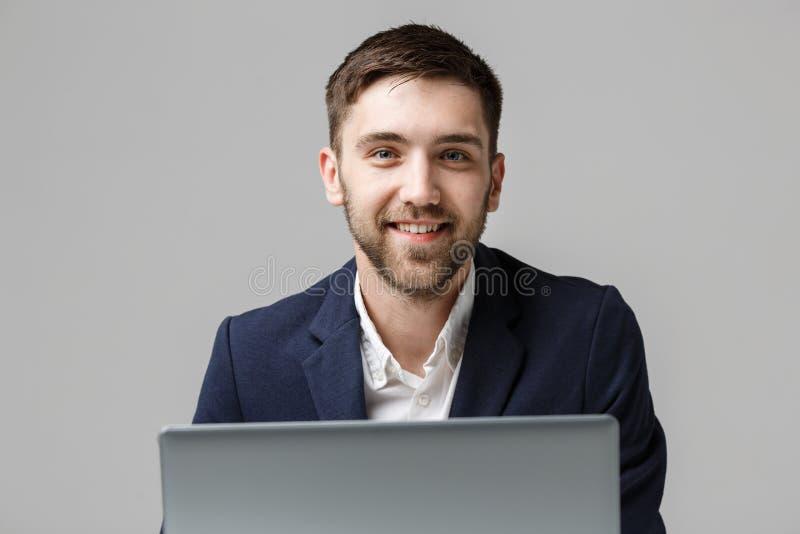 Bedrijfsconcept - Portret Knappe Bedrijfsmens die digitaal notitieboekje met het glimlachen zeker gezicht spelen Witte achtergron royalty-vrije stock foto