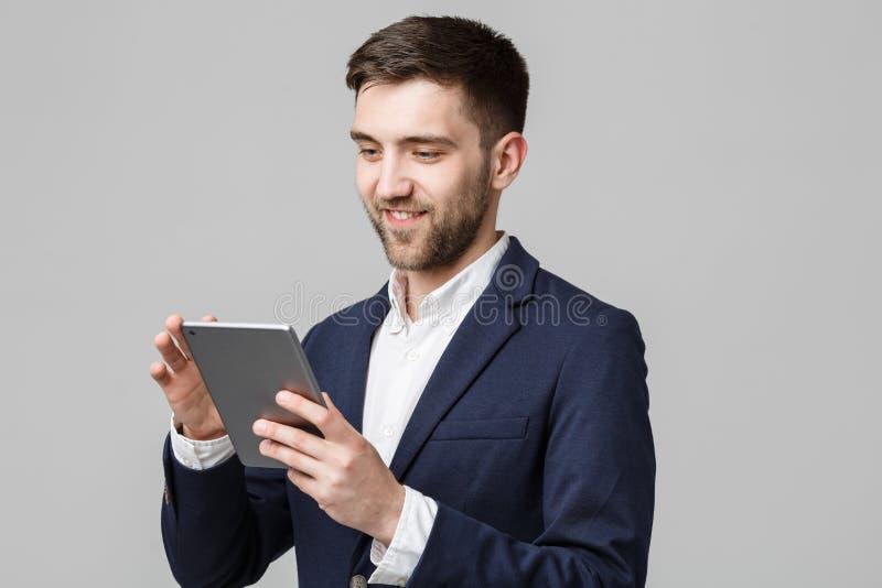 Bedrijfsconcept - Portret Knappe Bedrijfsmens die digitale tablet met het glimlachen zeker gezicht spelen Witte achtergrond royalty-vrije stock fotografie