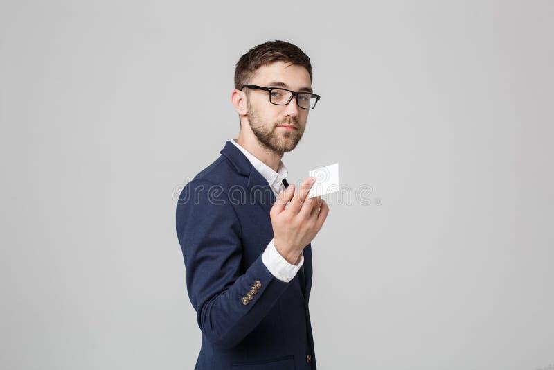 Bedrijfsconcept - Portret Knappe Bedrijfsmens die naamkaart met het glimlachen zeker gezicht tonen Witte achtergrond De ruimte va royalty-vrije stock fotografie