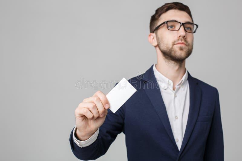 Bedrijfsconcept - Portret Knappe Bedrijfsmens die naamkaart met het glimlachen zeker gezicht tonen Witte achtergrond exemplaar stock fotografie