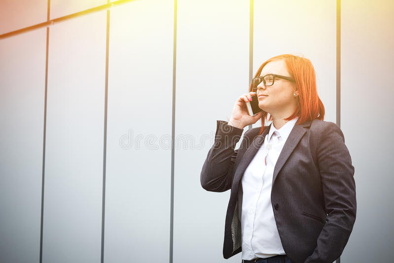 Bedrijfsconcept succes en telefoongesprekken ernstig royalty-vrije stock foto's