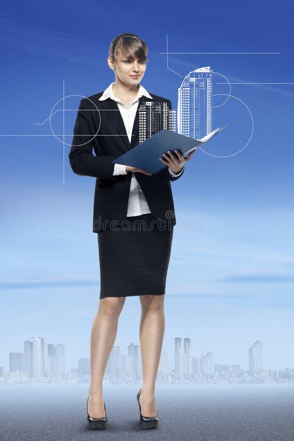 Bedrijfsconcept, vrouwenmanager met de presentatie van de onroerende goederenverkoop stock foto's