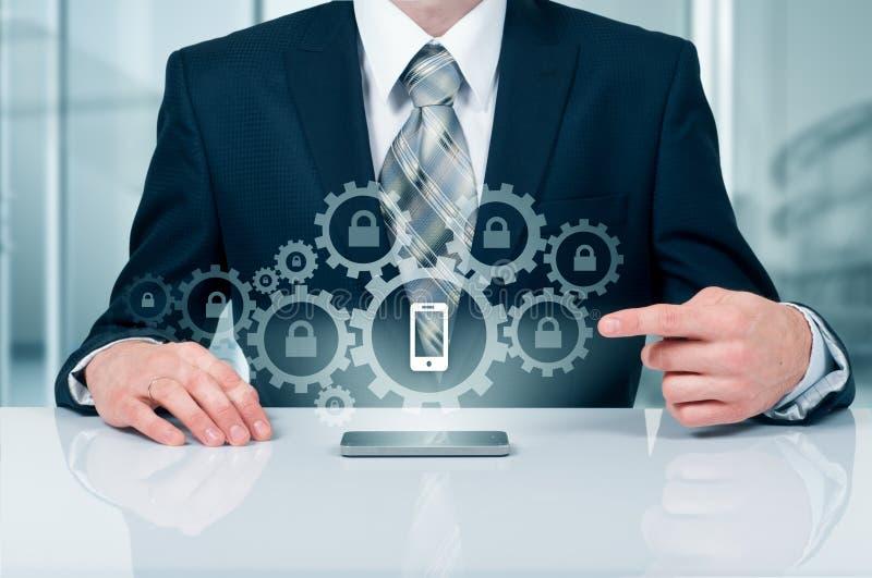 Bedrijfsconcept, zakenman met smartphone Verbindingstechnologie wereldwijd Mobiele Veiligheid royalty-vrije stock fotografie