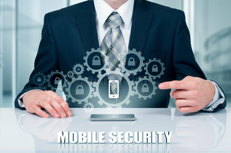 Bedrijfsconcept, zakenman met smartphone Verbindingstechnologie wereldwijd Mobiele Veiligheid stock fotografie