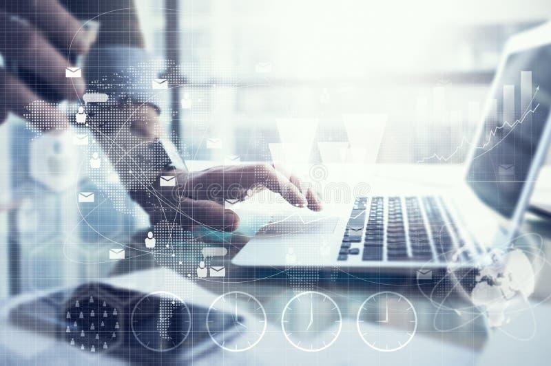 Bedrijfsconcept, zakenman werkende laptop Generisch ontwerpnotitieboekje op de lijst Verbindingstechnologie wereldwijd royalty-vrije stock afbeeldingen