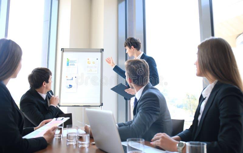Bedrijfsconferentiepresentatie met team opleidings flipchart bureau stock foto
