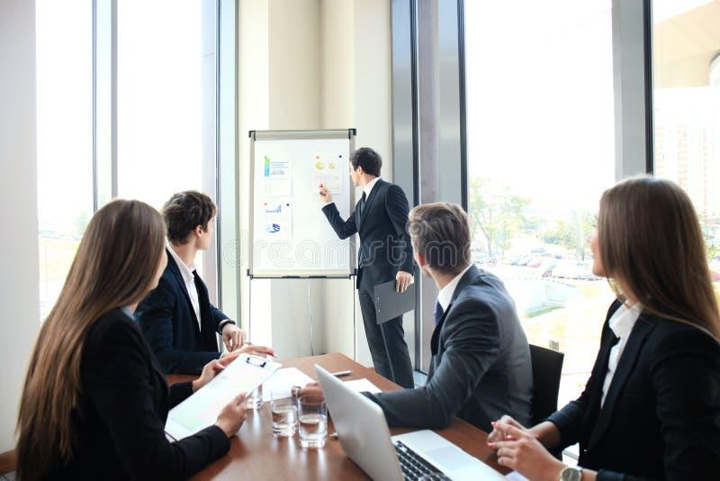 Bedrijfsconferentiepresentatie met team opleidings flipchart bureau royalty-vrije stock foto