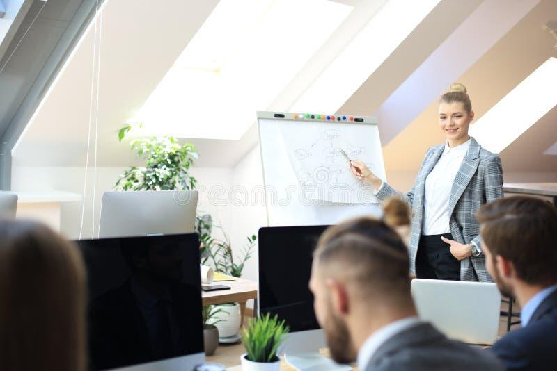 Bedrijfsconferentiepresentatie met team opleidings flipchart bureau royalty-vrije stock foto's
