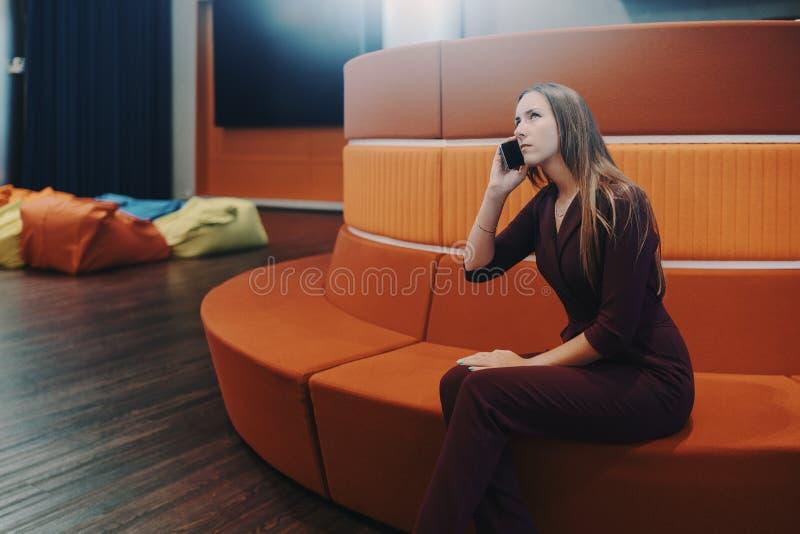 Bedrijfsdame die in bureau telefoneren chillout royalty-vrije stock afbeelding