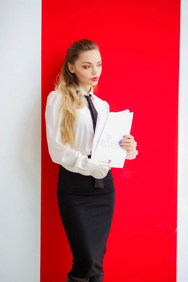 Bedrijfsdame die met documenten in handen voor presentatie voorbereidingen treffen stock foto