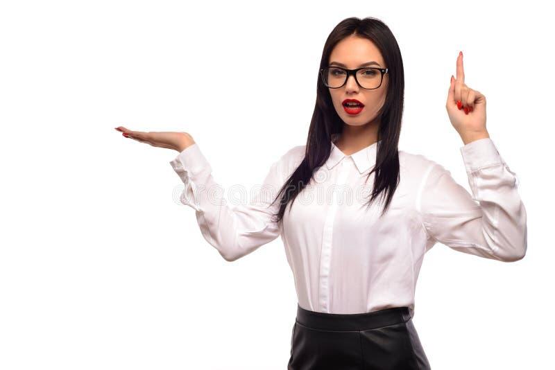 Bedrijfsdame die op palm tonen die andere met haar omhoog vinger richten royalty-vrije stock afbeelding