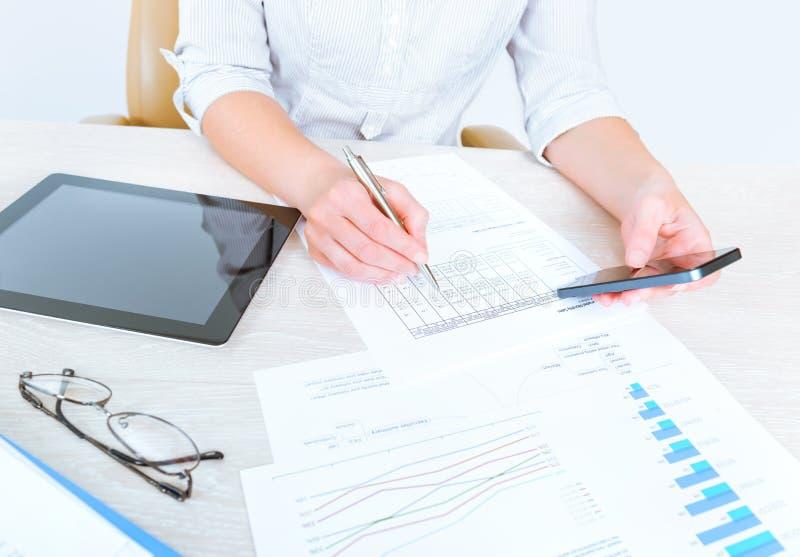 Bedrijfsdame die statistieken analyseren stock afbeeldingen