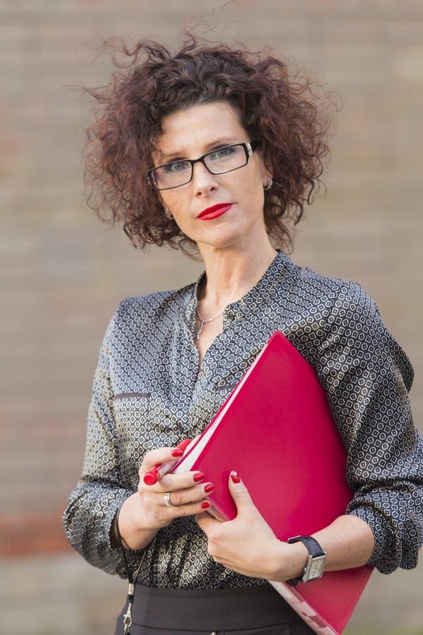 Bedrijfsdame met een omslag stock afbeelding