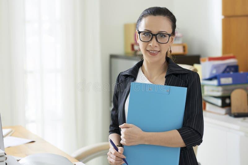 Bedrijfsdame met omslag stock afbeeldingen