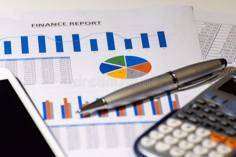Bedrijfsdiagram op financieel verslag met tablet, pen en calculator stock afbeeldingen