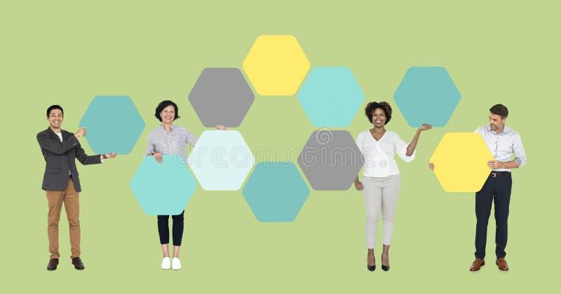 Bedrijfsdiemensen aan hexagon raad worden verbonden royalty-vrije stock afbeelding