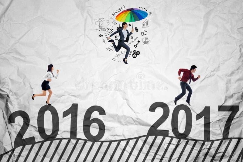 Bedrijfsdiemensen tegen 2017 in werking worden gesteld royalty-vrije stock afbeeldingen