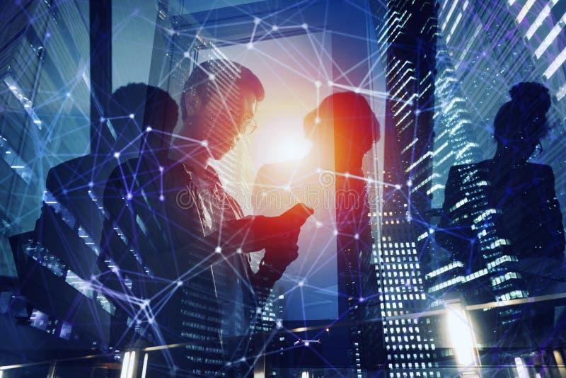 Bedrijfsdiepersoon in bureau op Internet-netwerk wordt verbonden Concept startbedrijf Dubbele blootstelling royalty-vrije stock afbeeldingen