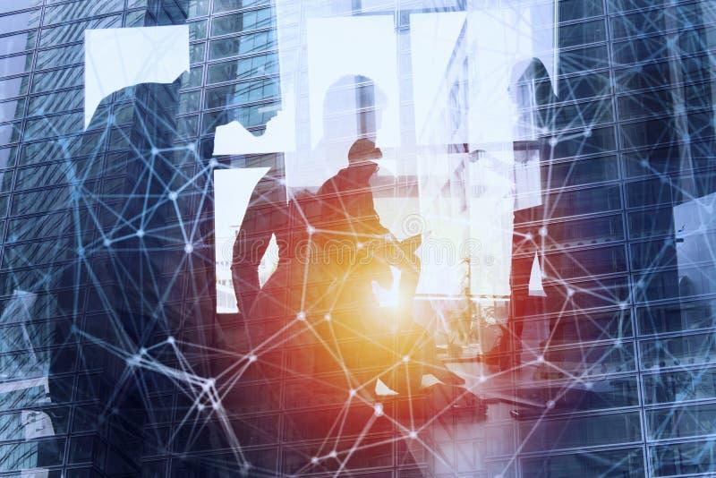 Bedrijfsdiepersoon in bureau op Internet-netwerk wordt verbonden Concept startbedrijf Dubbele blootstelling stock foto
