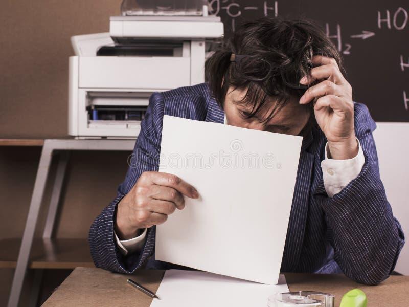 Bedrijfsdievrouw in het werken in het bureau wordt verdiept, die tekst lezen stock foto