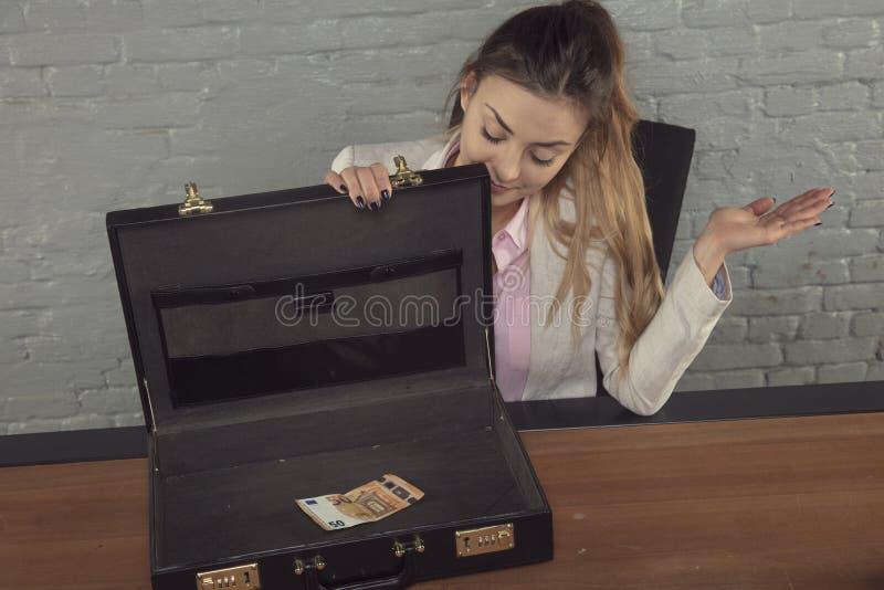 Bedrijfsdievrouw met de inhoud van de aktentas wordt teleurgesteld royalty-vrije stock foto's