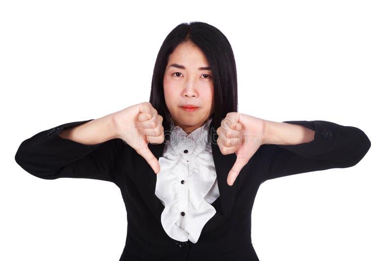 Bedrijfsdievrouw met duimen onderaan gebaar op witte backgr wordt geïsoleerd stock afbeeldingen