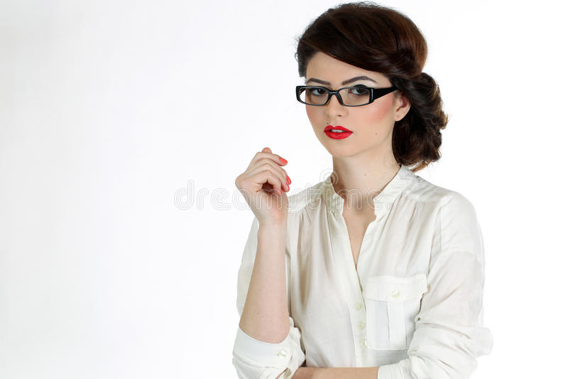 Bedrijfsdievrouw met glazen op wit wordt geïsoleerd royalty-vrije stock afbeelding
