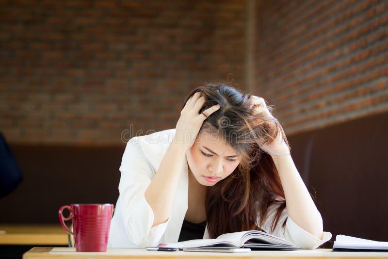 Bedrijfsdievrouwen met haar werk worden verstoord stock foto's