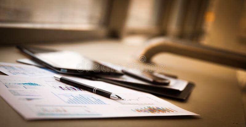 Bedrijfsdocumenten met de grafiekengroei stock foto's