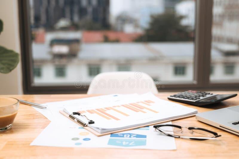Bedrijfsdocumenten met de grafiekengroei, toetsenbord en pen De zakenman van de werkplaats stock foto
