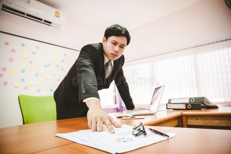 Bedrijfsdocumenten op bureaulijst met laptop en digitale lijst stock afbeeldingen