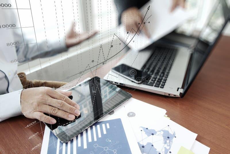 Bedrijfsdocumenten op bureaulijst met slimme telefoon royalty-vrije stock afbeeldingen