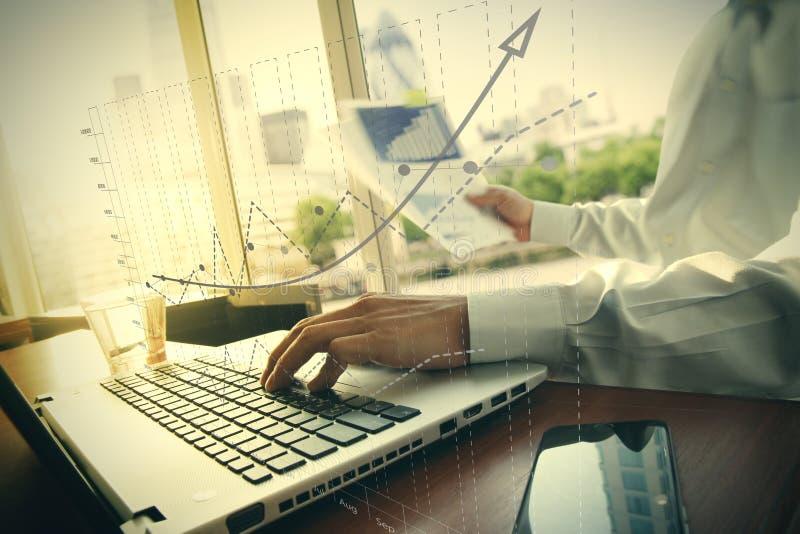 Bedrijfsdocumenten op bureaulijst met slimme telefoon en digitaal royalty-vrije stock foto