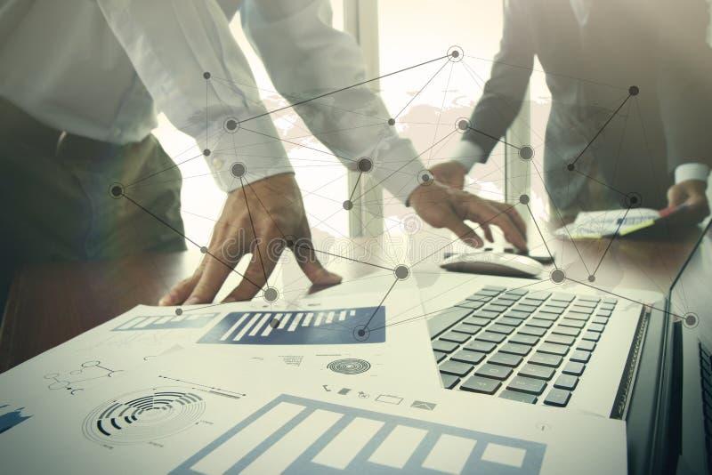 Bedrijfsdocumenten op bureaulijst met slimme telefoon en digitaal royalty-vrije stock afbeeldingen
