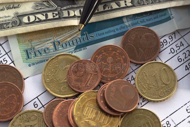 Bedrijfsfinanciënbesparing het concept van de planningsrekening boekhouding, bedrijfsberekeningen, contant geld het tellen stock foto