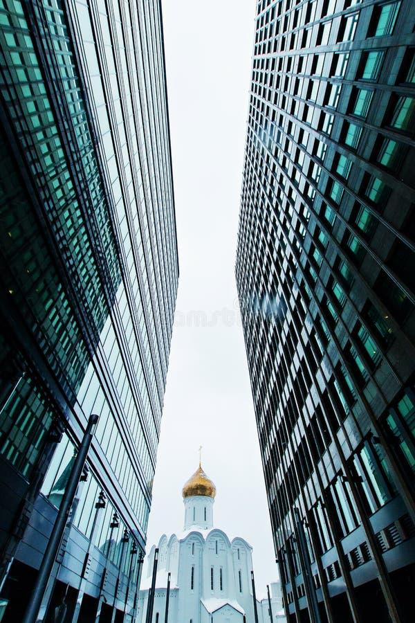Bedrijfsgebouwenhorizon die omhoog met hemel en churche, high-rise gebouwen, moderne architectuur kijken royalty-vrije stock afbeelding